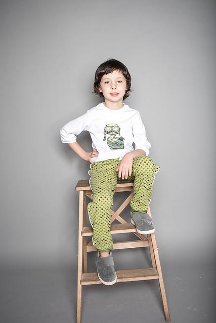 dziecko w modnych ubrankach